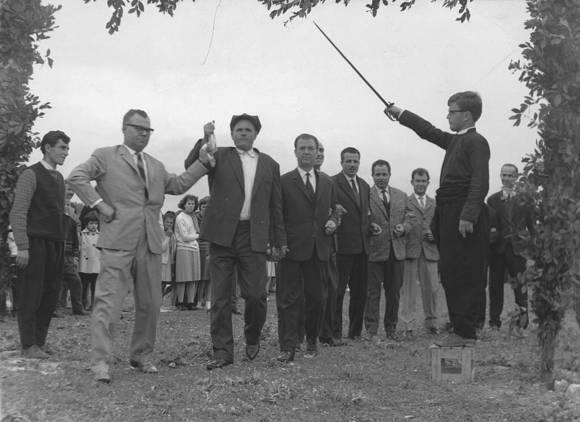 Έτος 1963, ο αείμνηστος Περικλής Βεργίνης πρωτοσυρτής στον Καγκελευτό στο Μαύρο Αλώνι